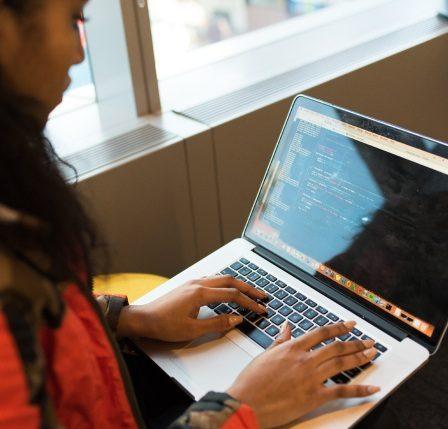 Mujer y su Laptop desarrollando una web