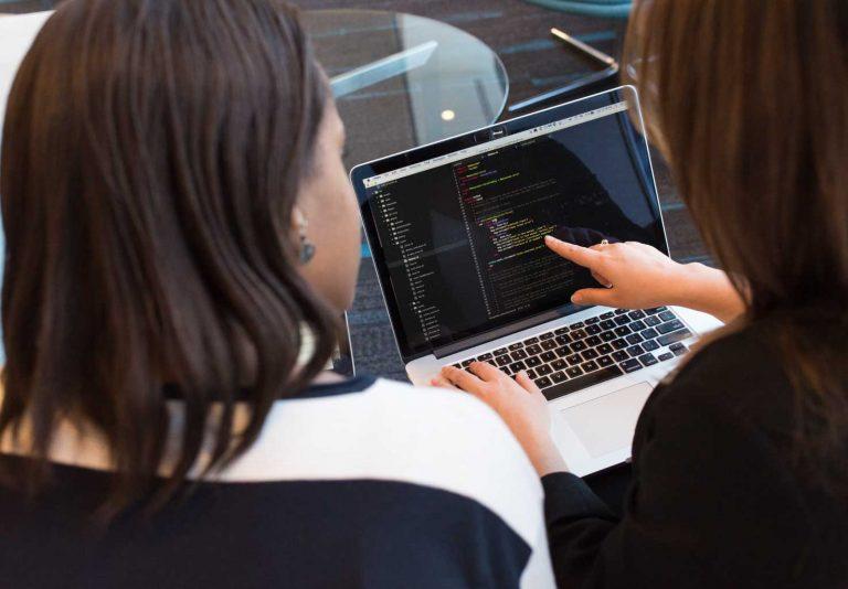 Mujeres desarrolladoras de productos digitales