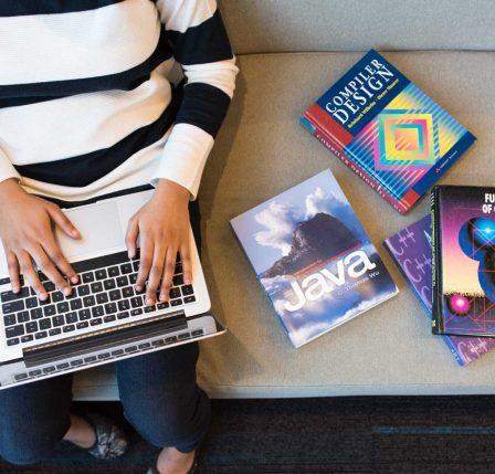 desarrolladora estudiando con su laptop